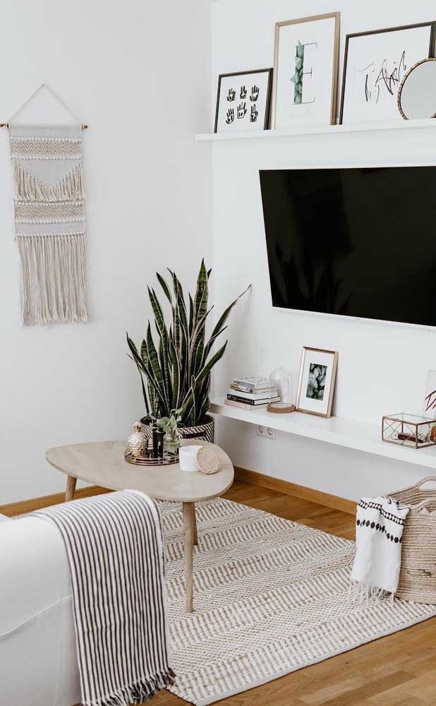 Móveis claros e fibras naturais são o destaque dessa outra sala pequena