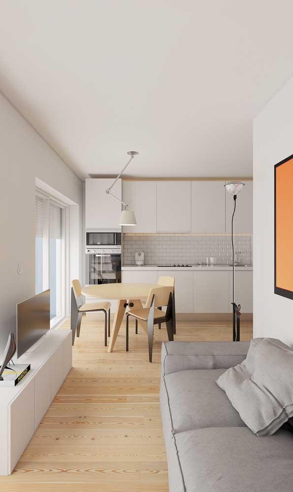Sala de estar pequena em formato corredor com espaço só para o sofá e o rack