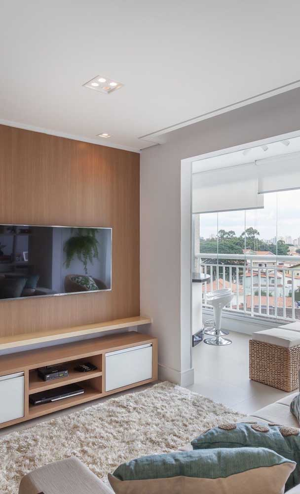 Sala de estar pequena de apartamento integrada à varanda para ganhar amplitude