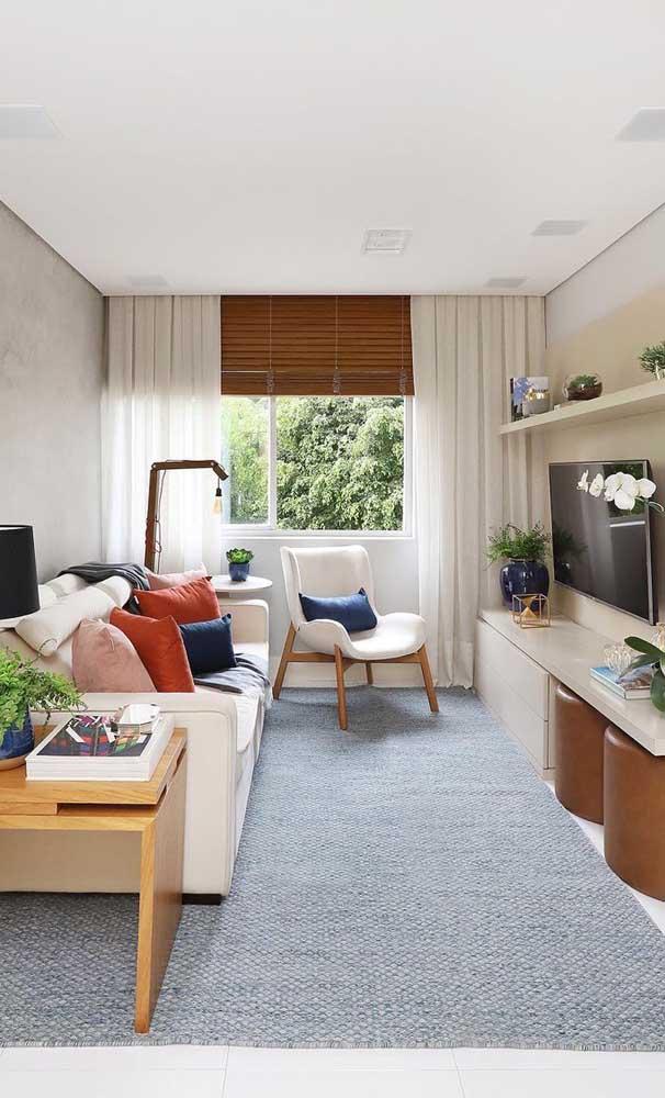 Outra boa dica é optar por um tapete grande que cubra todo o chão da sala, garantindo a sensação de maior espaço