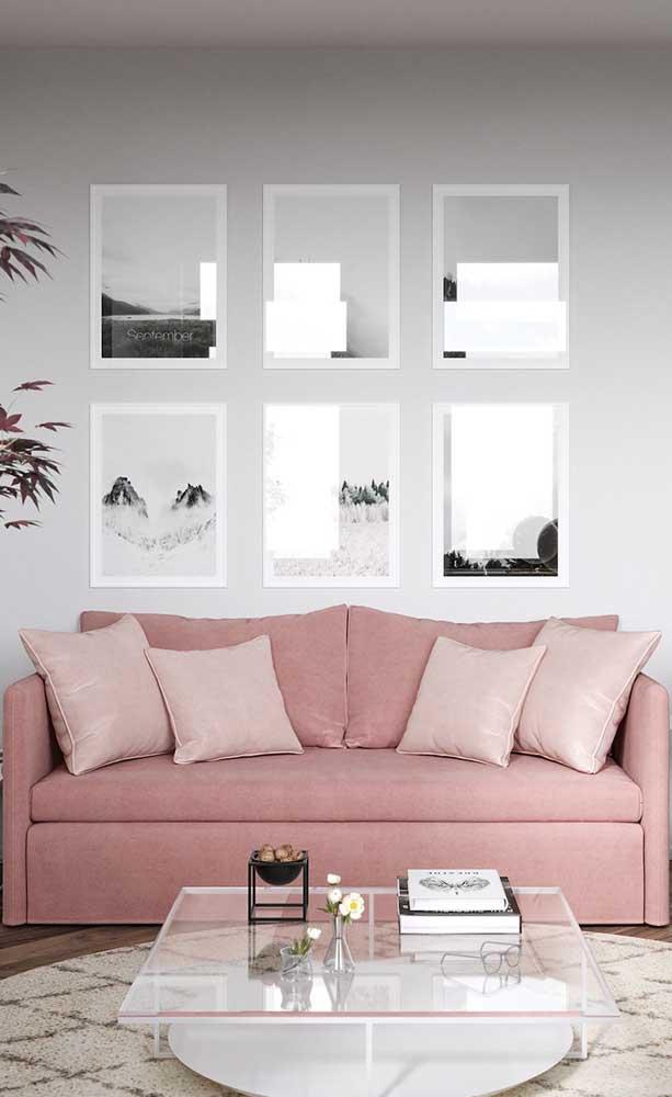 A transparência do vidro é perfeita para ambientes pequenos, como essa sala