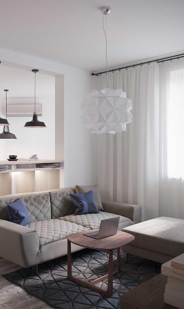Sala de estar pequena decorada em tons neutros e sóbrios