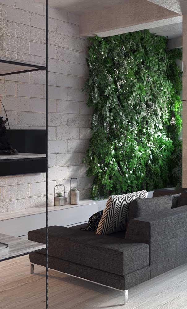 Sala de estar pequena em estilo industrial decorada com painel verde na parede