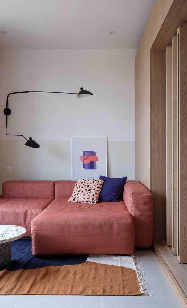 Pintar meia parede de outra cor é outro truque visual interessante para salas pequenas