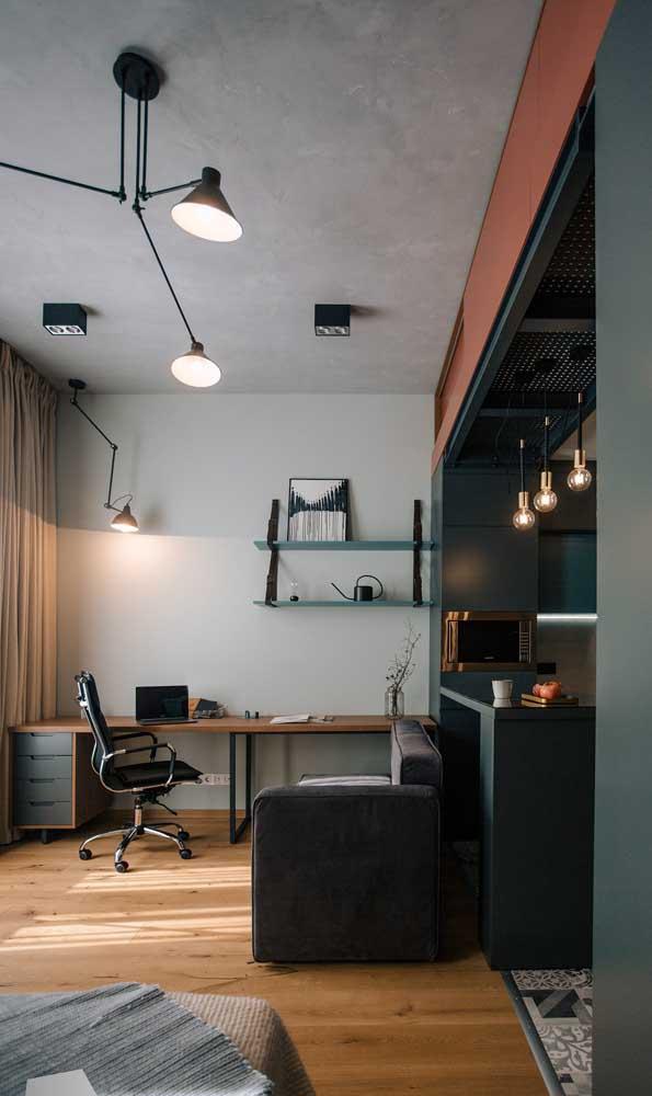 Sala de estar pequena dividindo espaço com o home office