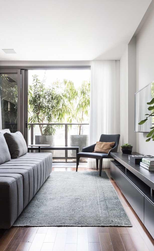 Se o sofá não for suficiente para acomodar todo mundo, aposte em cadeiras ou poltronas na sala de estar