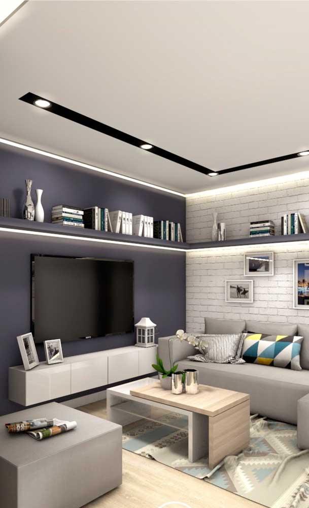 Prateleiras e moveis suspensos são ótimas alternativas para salas pequenas