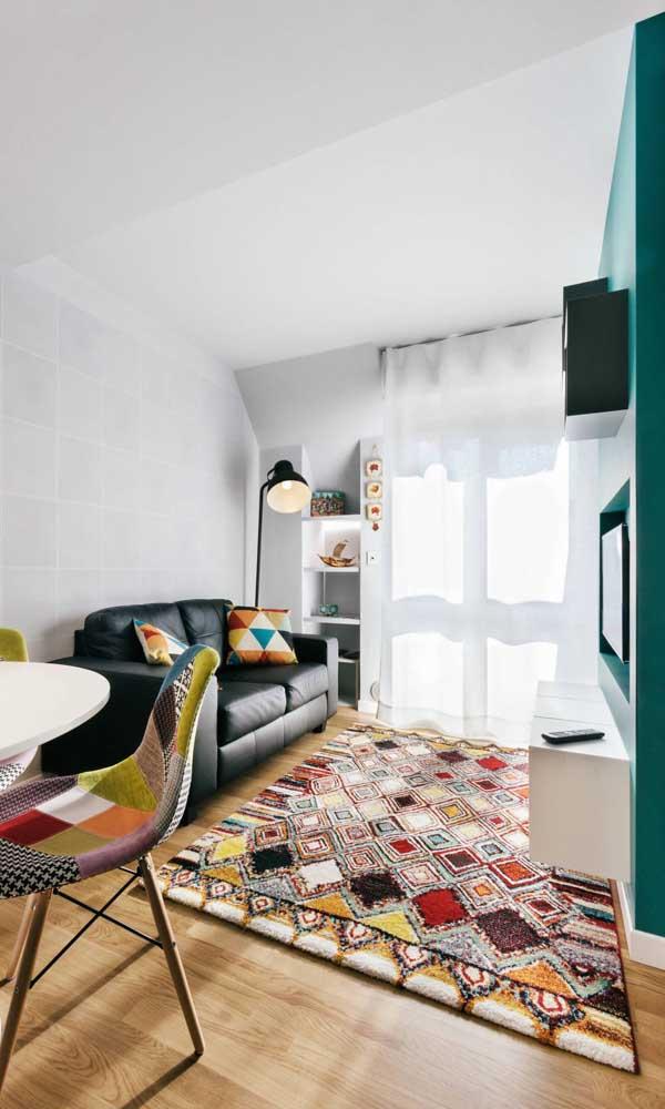 A base neutra dessa sala de estar pequena recebeu super bem os detalhes coloridos da decoração