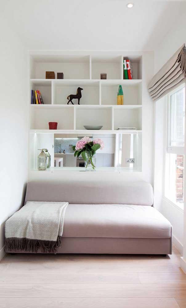 A parede atrás do sofá pode ser melhor aproveitada com nichos embutidos