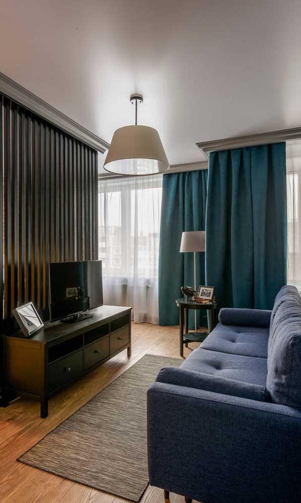 Cortinas escuras e mais pesadas funcionam bem para quem utiliza a sala com frequência para assistir TV