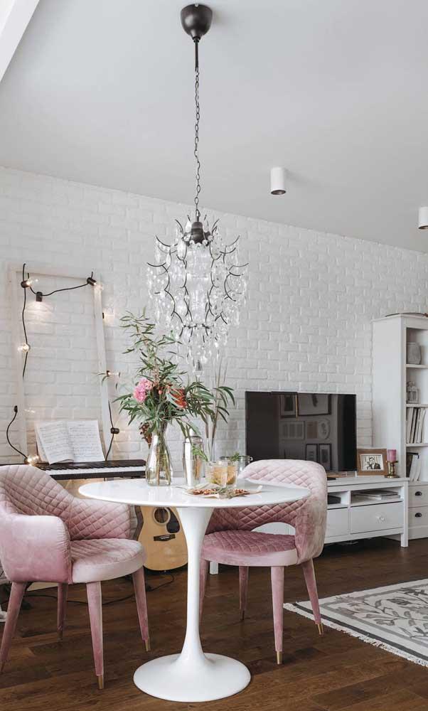 Pura delicadeza essa sala de estar pequena decorada em tons de branco e rosa