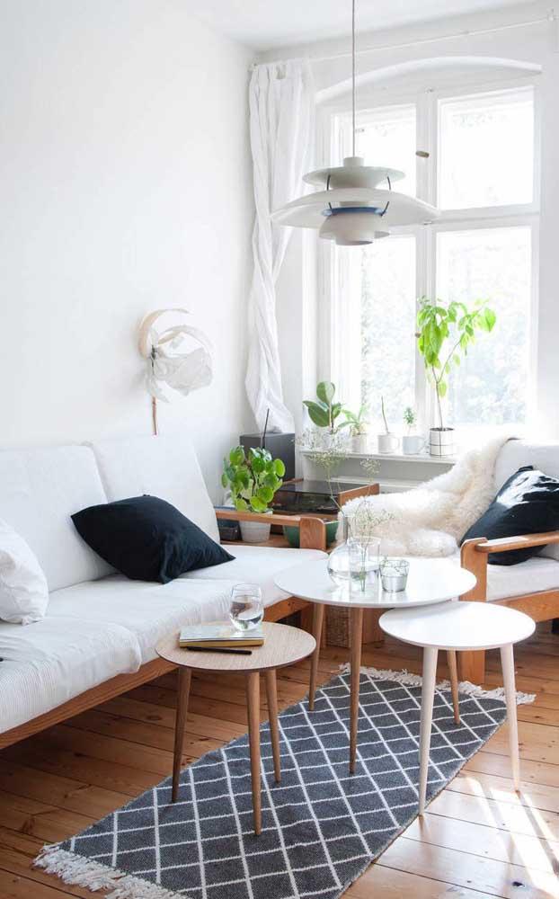 Linda combinação entre o branco e a madeira nessa sala de estar pequena
