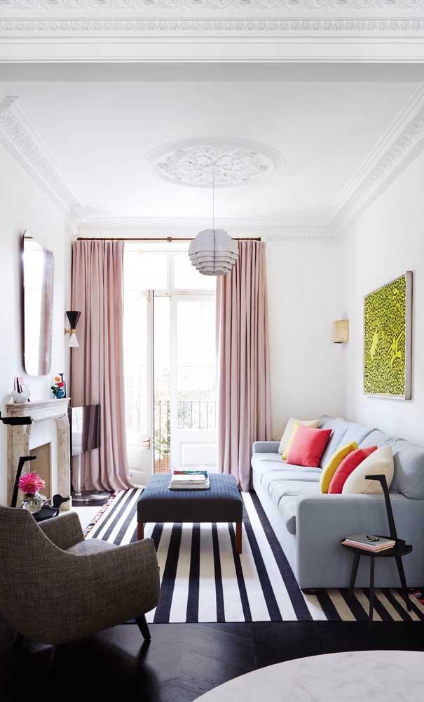 Cortinas longas deixam a sala pequena mais ampla e elegante