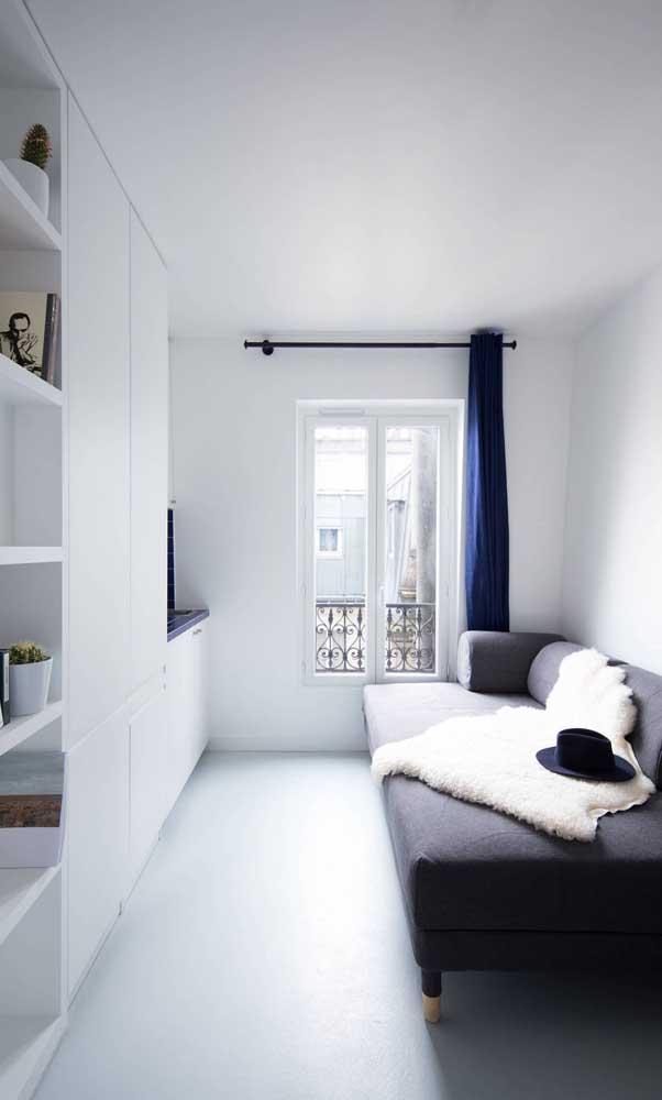 Branco para iluminar e ampliar a sala pequena