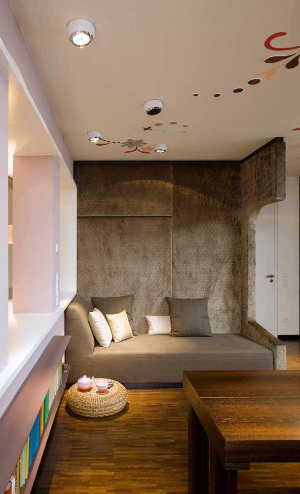 Poucos móveis para valorizar a intervenção artística no teto