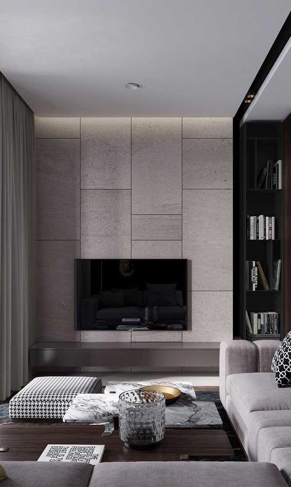 TV na parede para poupar espaço na sala de estar pequena