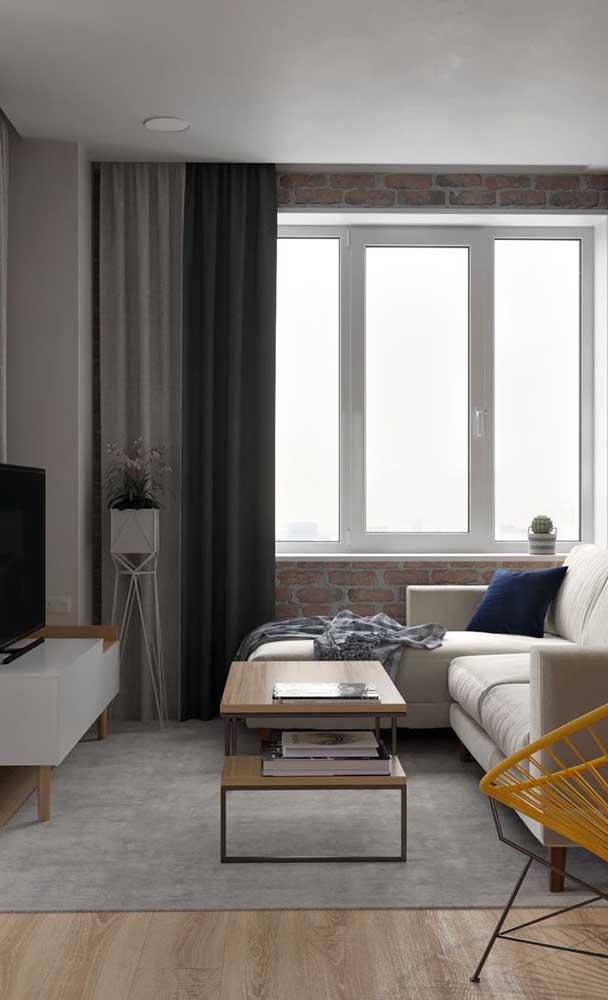 Tons sóbrios, claros e neutros na decoração dessa sala de estar pequena