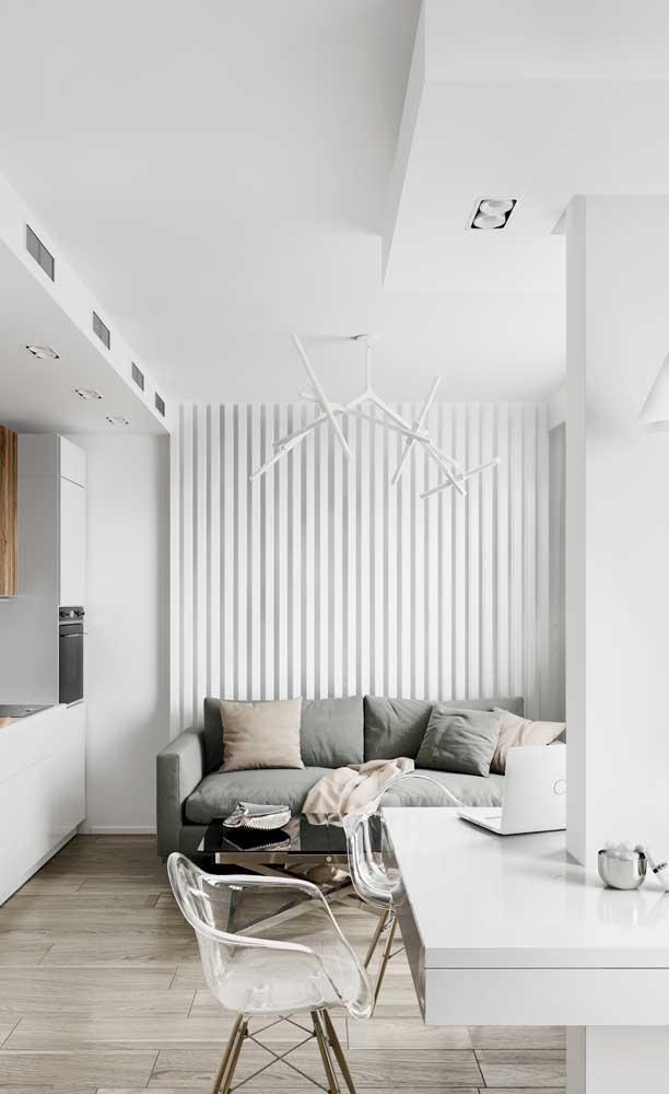 Cores claras e transparência para quem deseja ampliar visualmente a sala de estar