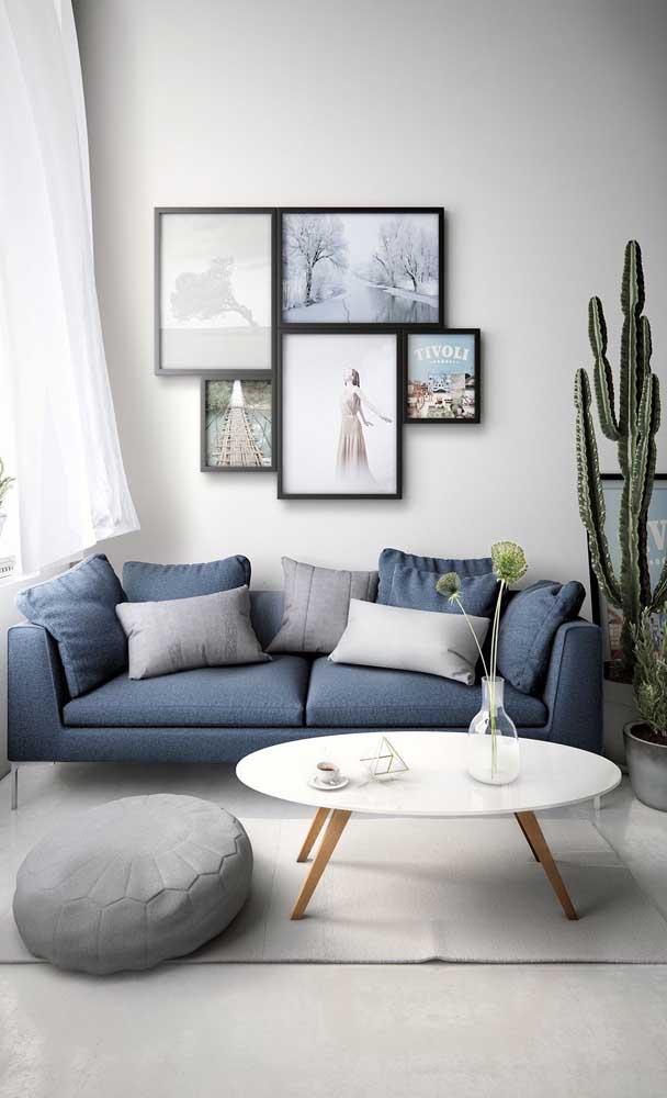 O sofá azul é o grande charme dessa pequena e moderna sala de estar