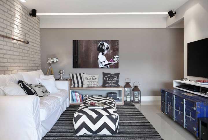 O preto e branco reina nessa sala de estar pequena e moderna