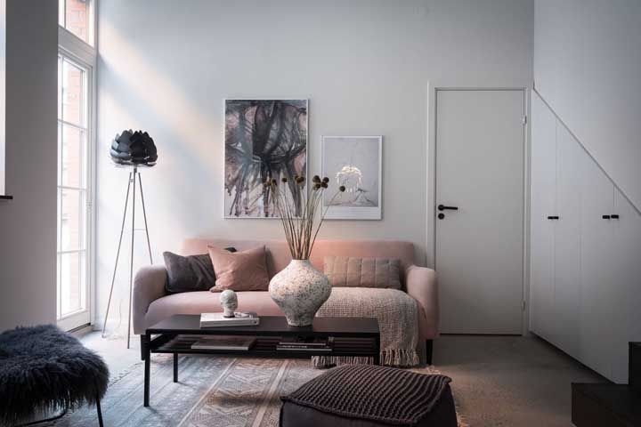 Um pouco de cor na sala de estar pequena com o sofá cor de rosa