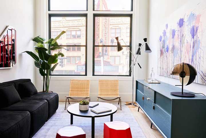 Essa pequena sala de estar foi agraciada com a presença de uma enorme janela capaz de oferecer toda a luz que o ambiente precisa