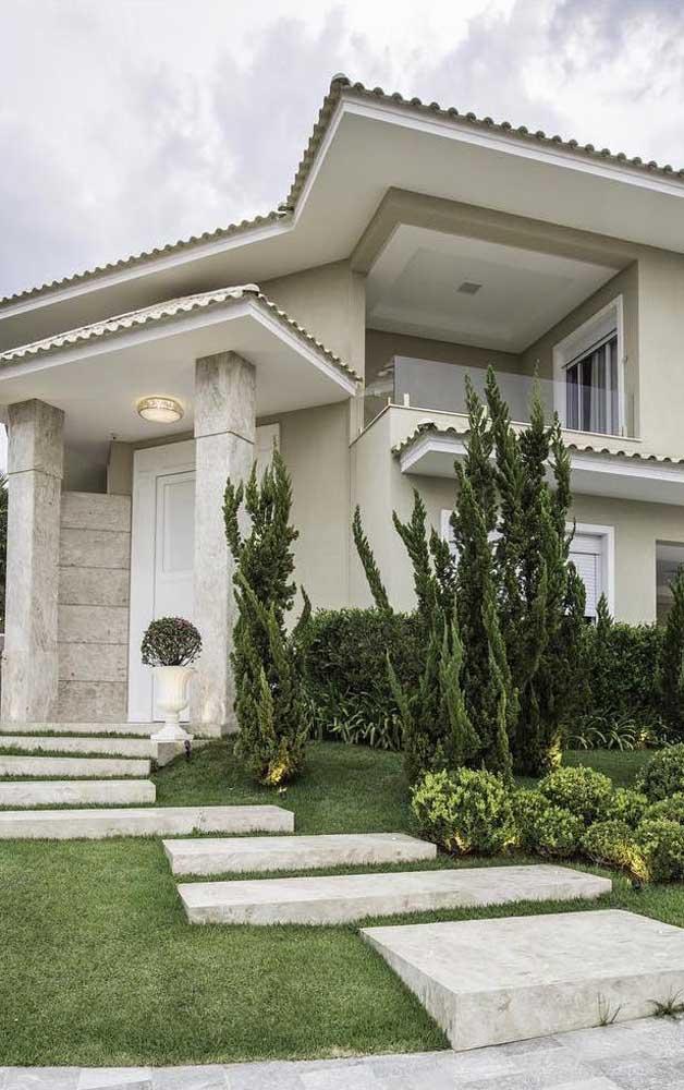Kaizukas plantadas na entrada da casa clássica e sofisticada