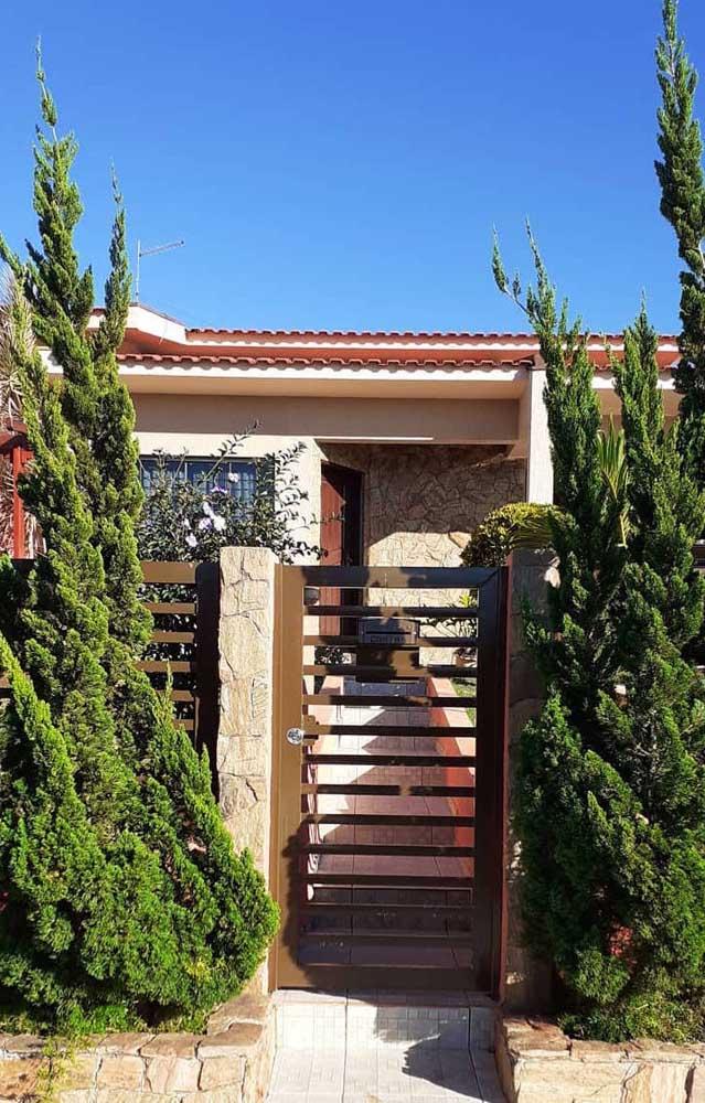 A casa simples e rústica trouxe uma dupla de Kaizukas para adornar o portão de entrada
