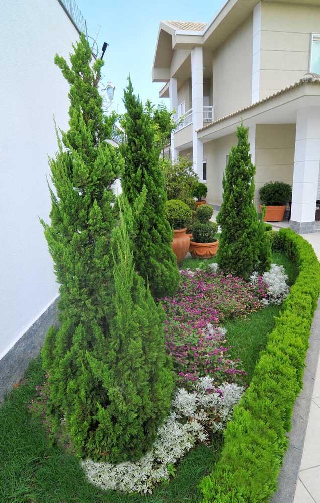 Jardim lateral da casa feito com Kaizukas e flores rasteiras