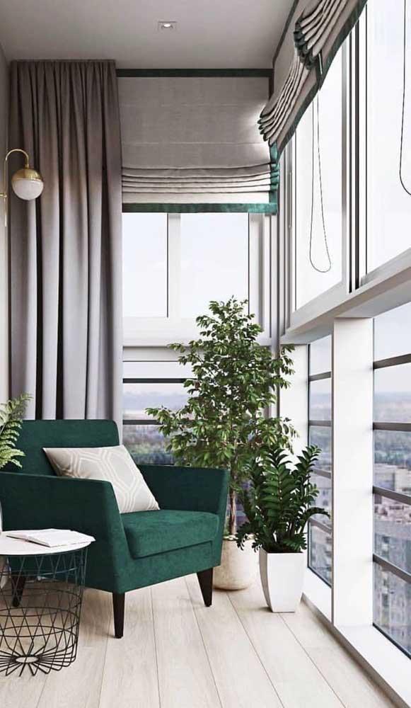 Para a varanda elegante do apartamento, a opção também foi pela janela de alumínio