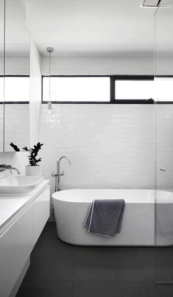 Em banheiros, quanto mais luz e ventilação, melhor!