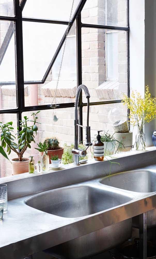 Para a cozinha, o modelo mais indicado de janela de alumínio é o maxi-ar, justamente por oferecer uma ótima ventilação