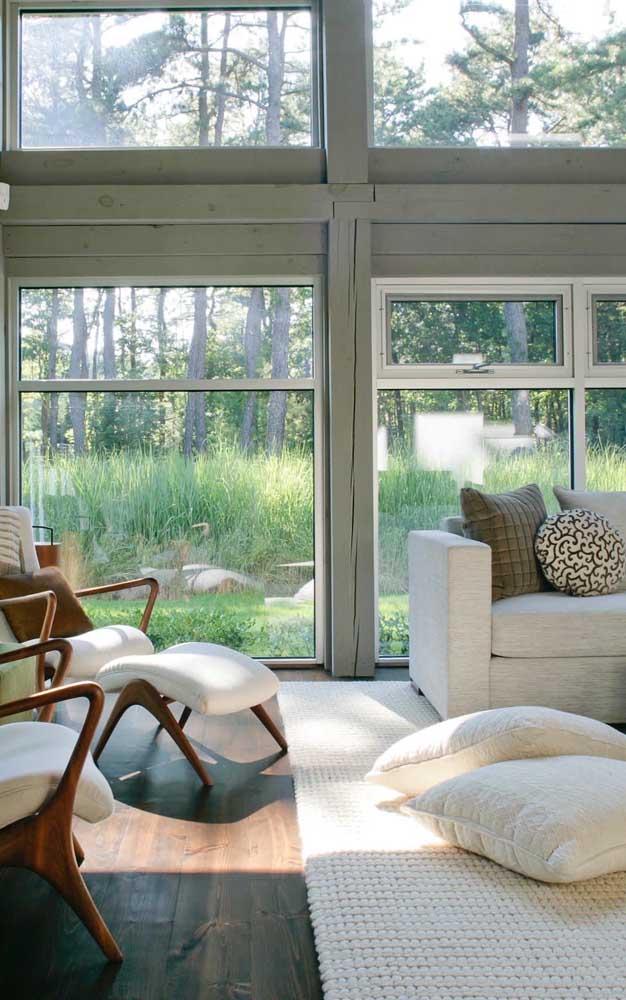 Janela de alumínio em tom natural para a sala de estar com vista para a natureza
