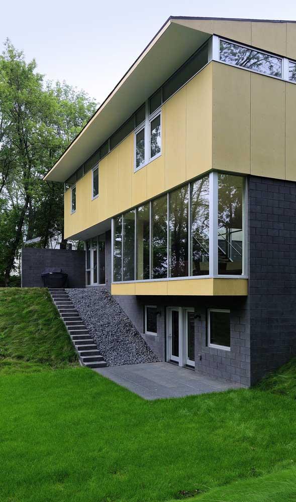 Fachada de casa sobrado com janelas de alumínio em toda sua extensão