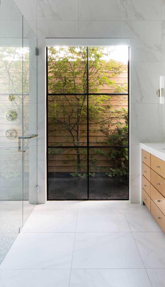 O banheiro ganhou mais luz com a janela inteiriça de alumínio