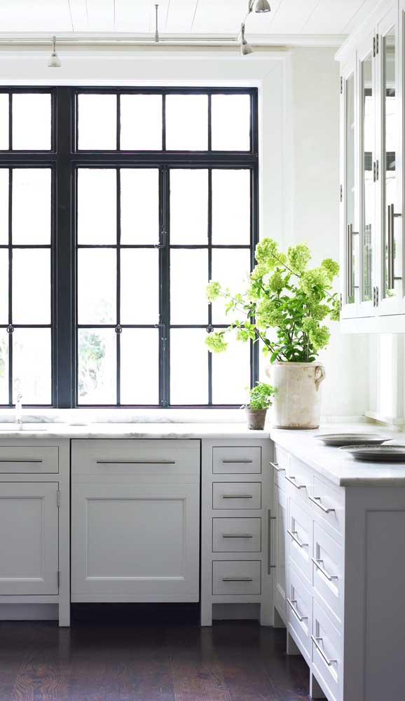Janela de alumínio com design retrô para combinar com a cozinha de marcenaria clássica