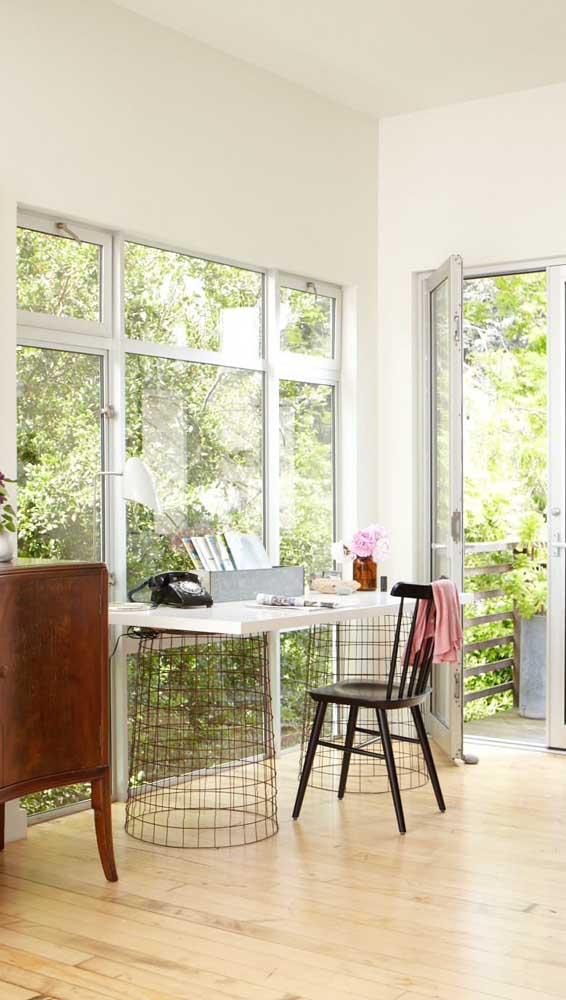 Já nesse outro home office, a janela de alumínio traz, além de iluminação e ventilação, uma vista privilegiada