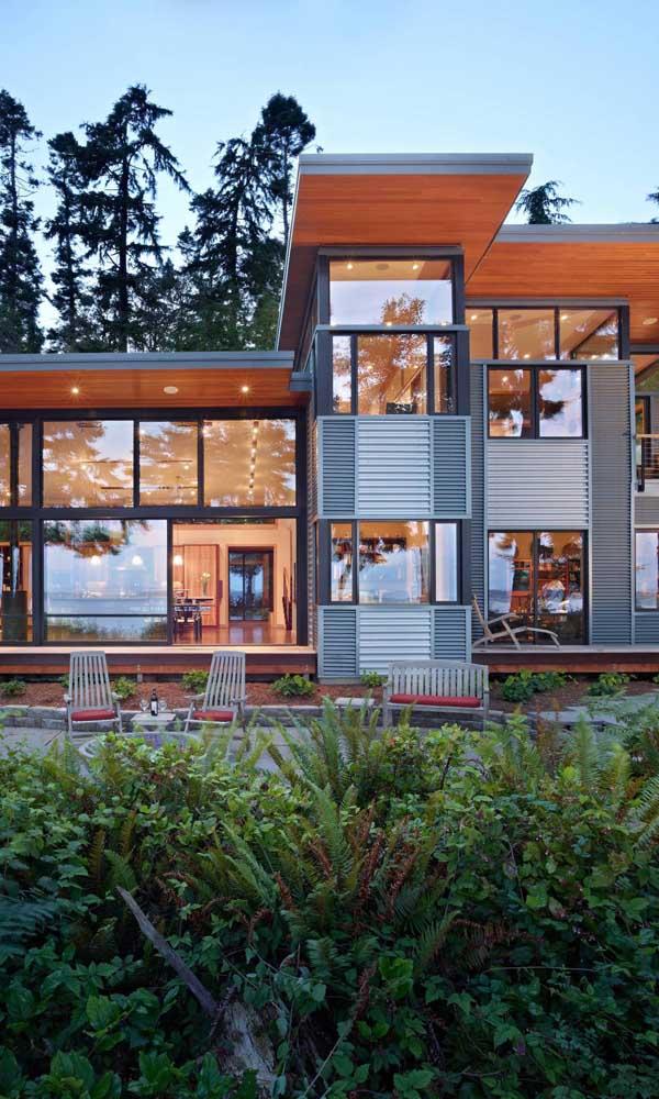 Aqui, as janelas de alumínio trazem um conceito moderno e diferenciado para a fachada