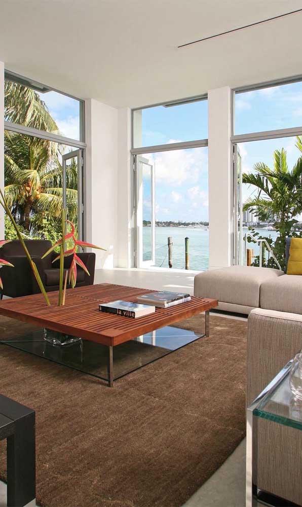 Para apreciar a vista do mar, a opção aqui foi usar grandes janelas de alumínio