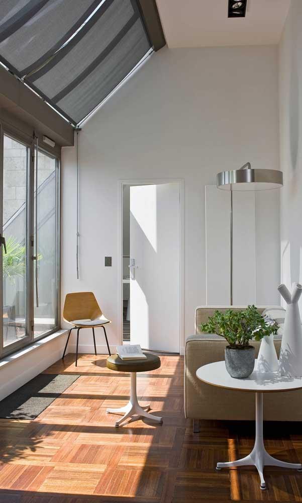 As persianas instaladas junto às janelas de alumínio ajudam a regular a entrada de luz