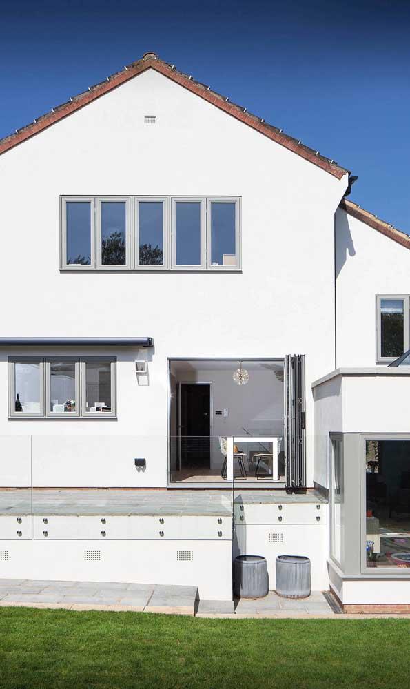 Janelas de alumínio em tom natural para a fachada dessa casa