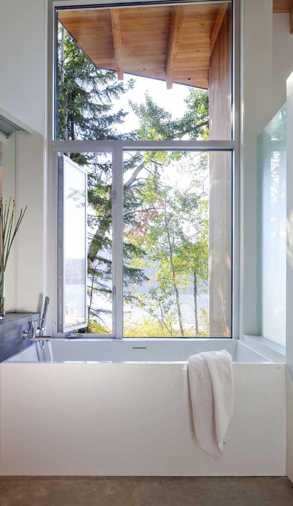 Janela de alumínio com maxi-ar embutido para trazer ventilação extra ao banheiro