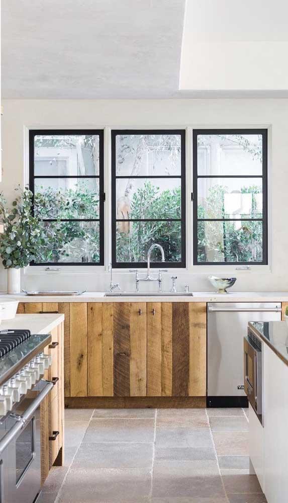 Três janelas de alumínio acompanhando o tamanho da bancada cozinha