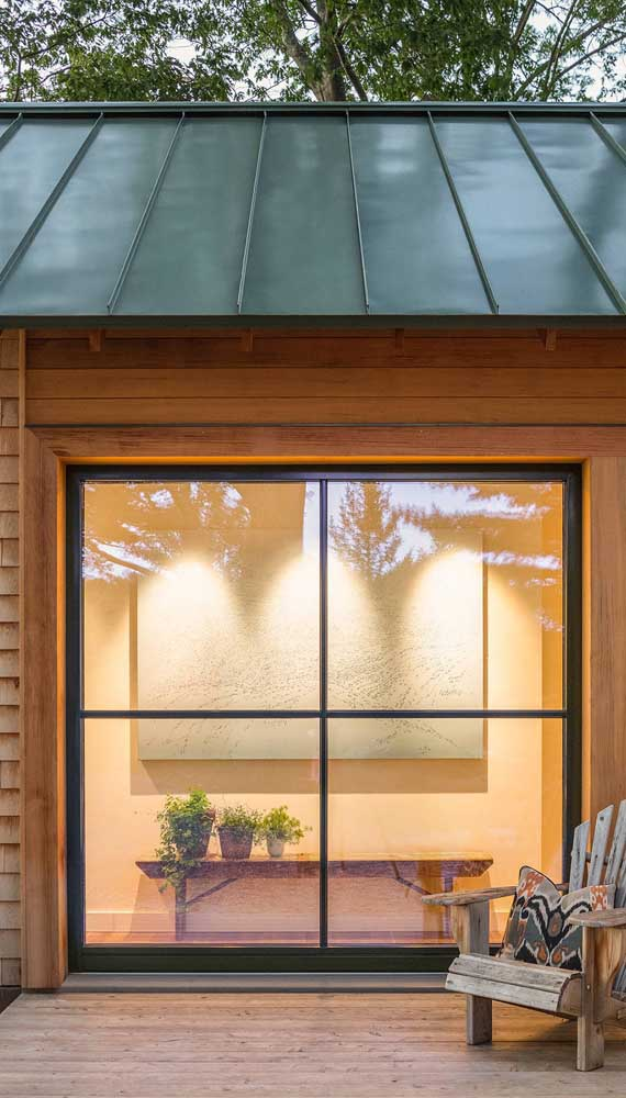 Casa rústica com janela inteiriça de alumínio preto