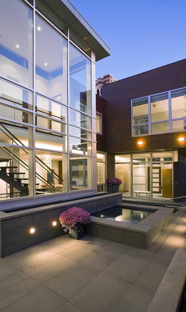 Alumínio em tom natural para a fachada dessa casa contemporânea