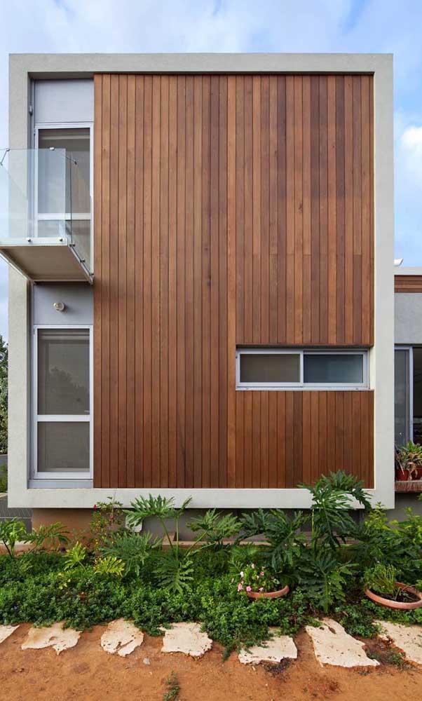 A combinação entre a madeira do revestimento e o alumínio da janela trouxe uma estética moderna e despojada para a fachada da casa
