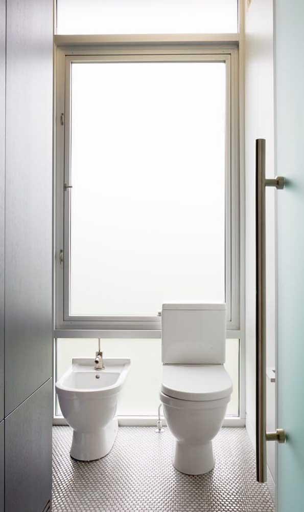 Quer opção melhor de janela para banheiro do que essa?