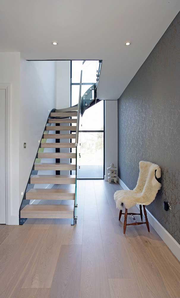 Aqui, uma única janela inteiriça de alumínio atravessa todo o pé direito duplo da casa