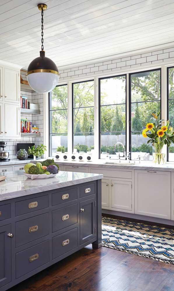 Ao invés de apenas um, aqui, nessa cozinha, foram usados vários vitrôs de alumínio