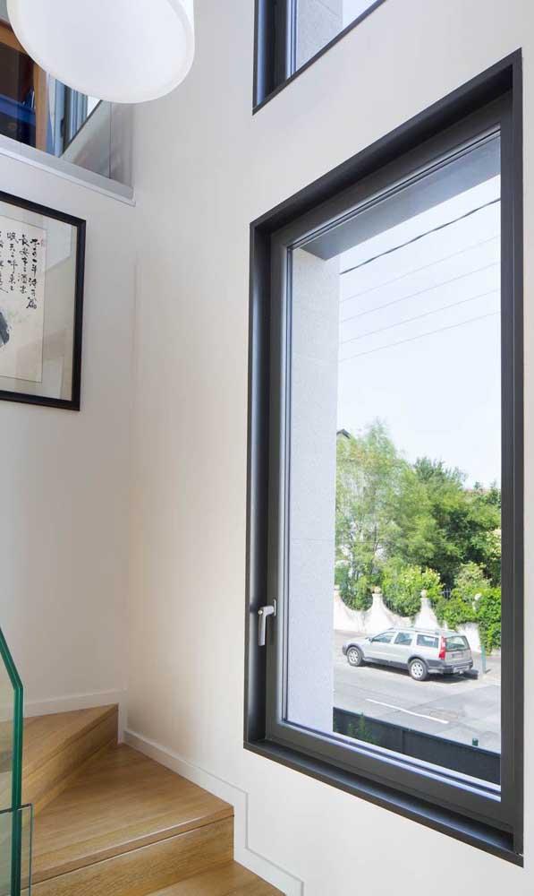 Melhore a qualidade de circulação de ar na sua casa instalando um vitrô de alumínio na parede da escada